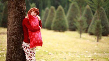 vrouw slaapt tegen boom