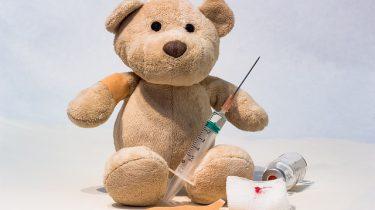 knuffelbeer met injectienaald