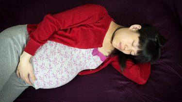 slapende zwangere vrouw