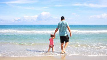 vader dochter zee strand