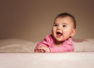 baby lachen op bed