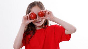 meisje rood t-shirt tomaten