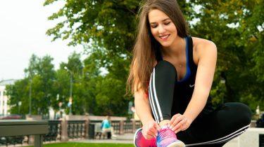 sporten vrouw sportschoenen