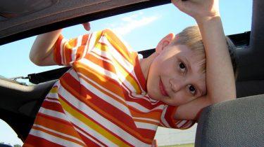 jongen in auto