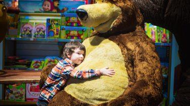 jongen knuffelbeer winkel