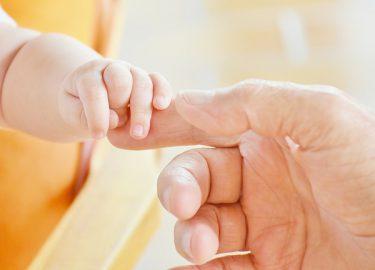 babyhand en moederhand