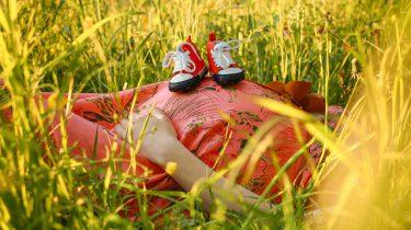 zwangere buik met babyschoentjes