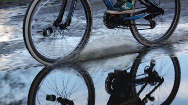 met de fiets door de regen