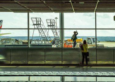 kind en moeder op vliegveld