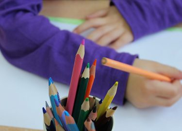 kind kleurt met potloden