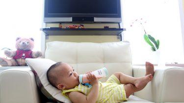 liggende baby met fles