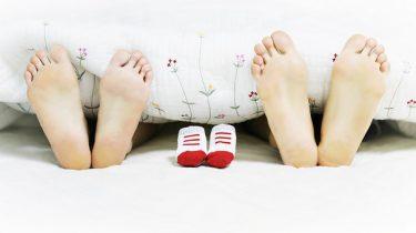 voeten in bed babyschoentjes