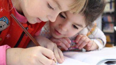 kinderen aan het tekenen