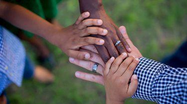 handen volwassenen en kinderen