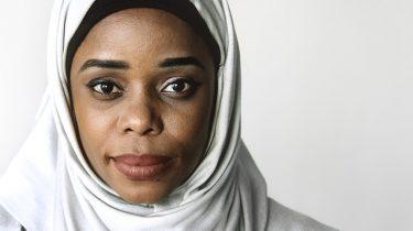 donkere vrouw met hoofddoek