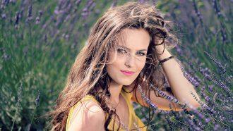 vrouw lang haar lavendel
