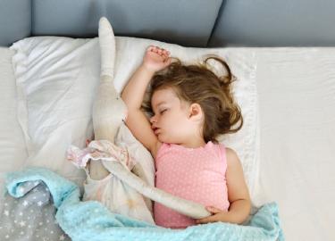 slapend kind met knuffel