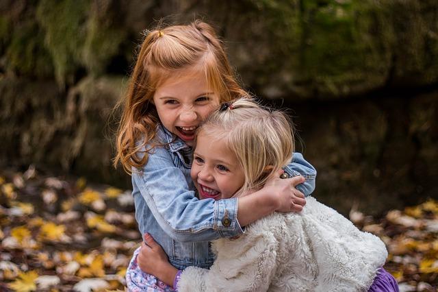 zusjes knuffelen