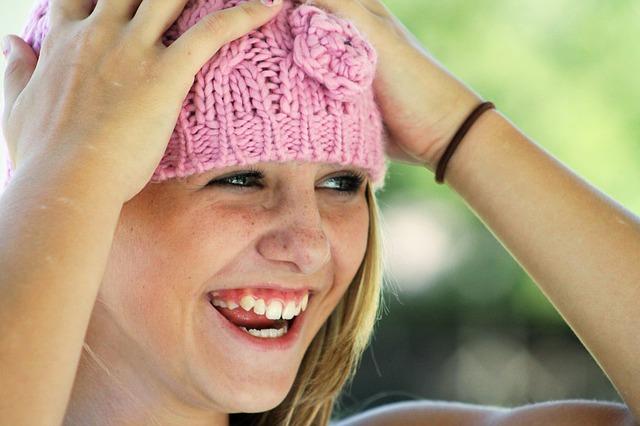 lachend meisje met muts