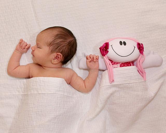 pasgeboren baby met knuffel