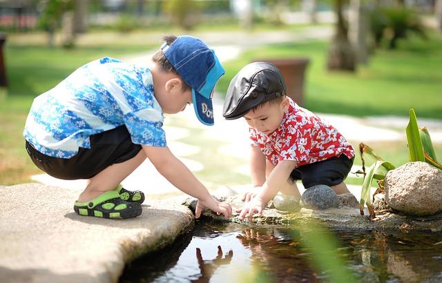 jongens spelen buiten