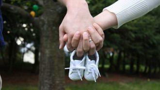 babyschoenen in de hand