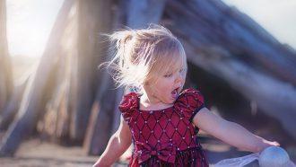 meisje zingt op het strand