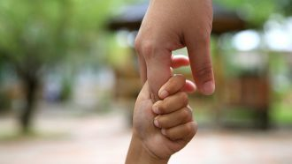 ouder kind hand-in-hand