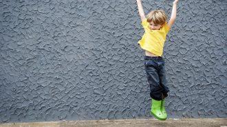 springende jongen met laarzen