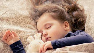 meisje slaapt met knuffel