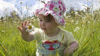 baby in het gras