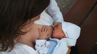 mama geeft baby de borst