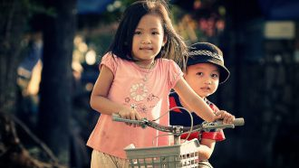 twee kinderen op fiets