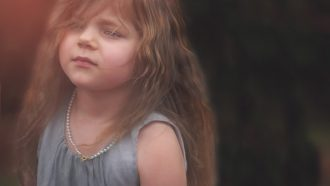 meisje kijkt verdrietig