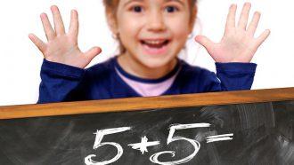 meisje leert rekenen