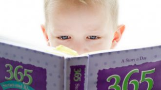 jongen leest boek