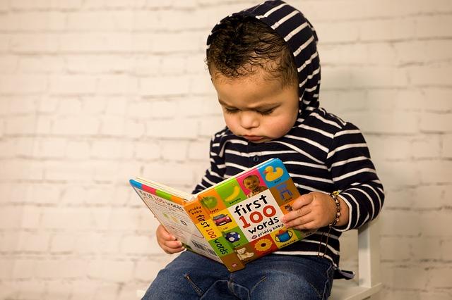 jongetje leest boek