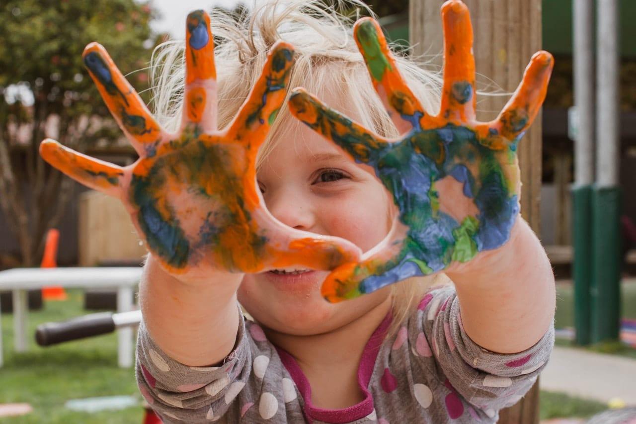 kind speelt met verf