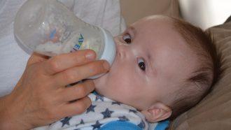 baby krijgt gekolfde moedermelk