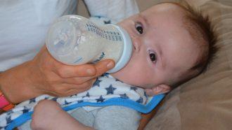 baby drinkt uit fles