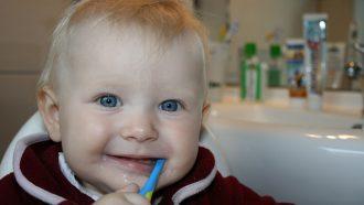peuter met tandenborstel