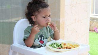 kind eet in kinderstoel