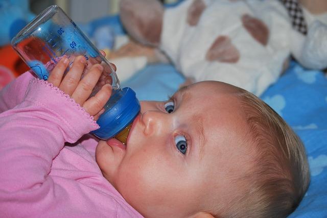 baby drinkt flesje