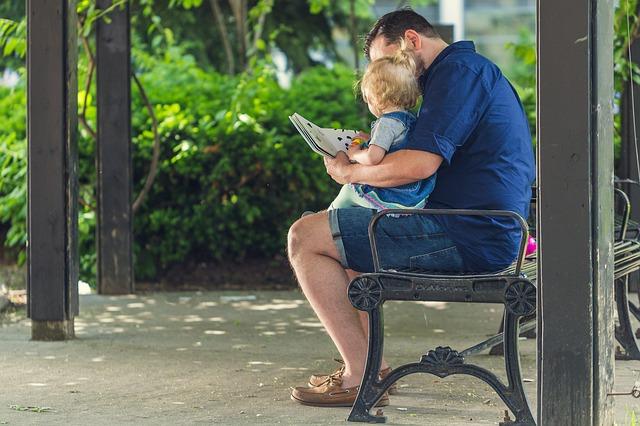 papa leest kind voor