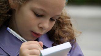 meisje schrijft op notitieblok