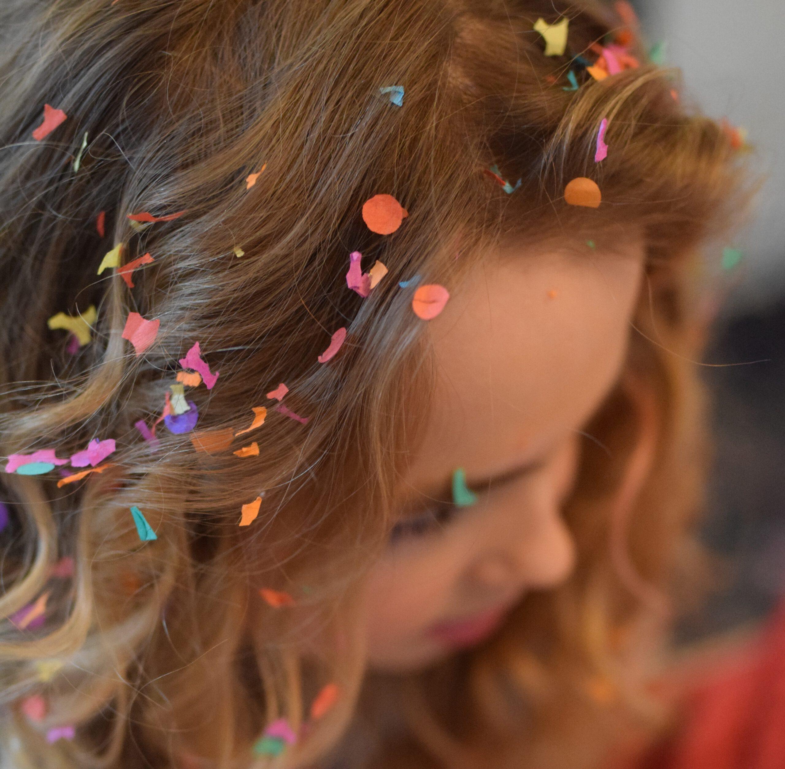 meisje met confetti in het haar