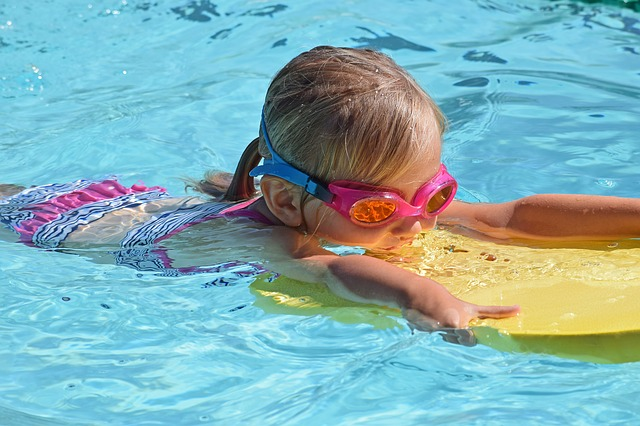 zwemmend meisje met duikbril