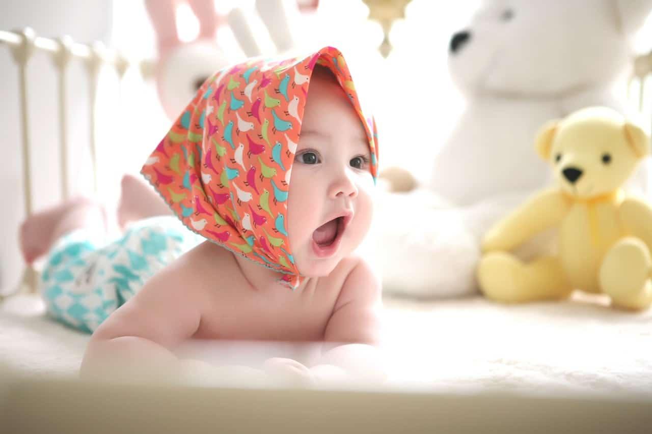 baby met zakdoek op het hoofd