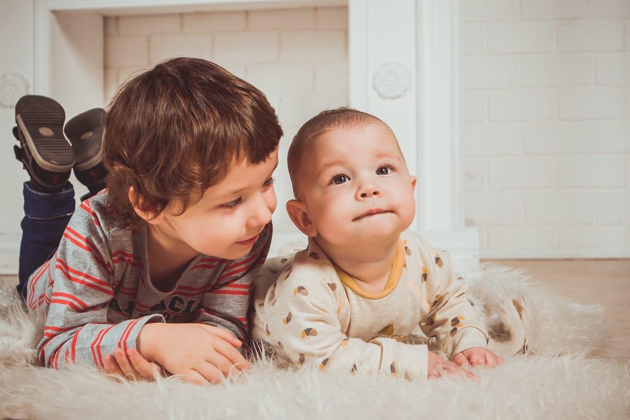 jongen met broertje