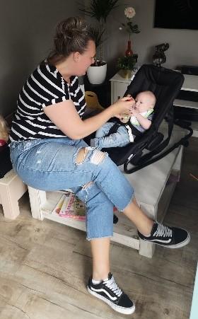 hapjes baby eten geven